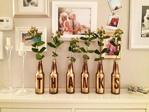 decoracao de interiores artesanal:Garrafas de vidro pintadas em dourado, servindo de vasos de flores na