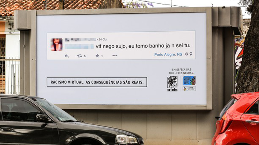 Racismo no Facebook exposto em outdoor.